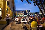 Manger en plein air le soir, Plaza Vieja, Vieille Havane, Cuba, Antilles, Amérique centrale