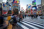 Menschenmassen, die Überquerung der berühmten Shibuya Crossing Kreuzung im Zentrum von Shibuya die modischen Einkaufs- und Shibuya, Landkreis-Tokio-Asien