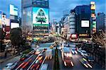 La célèbre intersection Shibuya Crossing au centre de Shibuya à la mode shopping et divertissement district, Shibuya, Tokyo, Japon, Asie