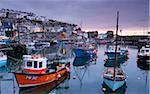 Bateaux de pêche de la foule un port Mevagissey placide à l'aube, Mevagissey, sud des Cornouailles, Angleterre, Royaume-Uni, Europe