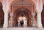Personnes en Diwam-i-Khas (salle d'Audience de privé), City Palace, Jaipur, Rajasthan, Inde, Asie
