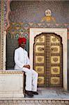 Garde du Palais assis à côté de la porte de le Rose à Colette Niwas Chowk, le City Palace, Jaipur, Rajasthan, Inde, Asie