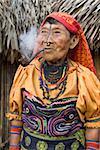 Kuna-Frau Rauchen Pfeife, Playon Chico Dorf, Panama, San Blas Inseln (Kuna Yala Inseln), Mittelamerika