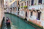 Eine Gondel auf einem Kanal in Venedig, UNESCO-Weltkulturerbe. Veneto, Italien, Europa