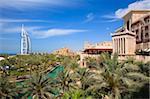 Burj Al Arab et Madinat Jumeirah au premier plan, l'emblématique Burj Al Arab est l'hôtel le plus haut du monde à 321 mètres, Jumeirah, Dubai, Émirats Arabes Unis, Moyen-Orient