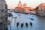 Gondeln auf dem Canal Grande und Blick in Richtung die gewölbte Kirche Santa Maria Della Salute, Venedig, UNESCO World Heritage Site, Veneto, Italien, Europa