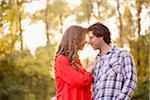 Jeune Couple embrassant dans le parc
