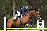 Junge Frau Reiten Reiter Zaun springen