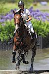 Weibliche Horse Rider Crossing Wasser, Pferdesport-Ereignis