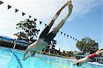 Nageurs plongeant dans la piscine