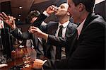 Geschäftsleute, die Schüsse zu trinken in der Bar