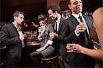 Kollegen trinken zusammen in bar