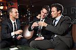 Geschäftsleute, trinken zusammen in bar