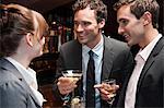 Zwei Unternehmer, die im Chat an weiblichen Kollegen bei Bar