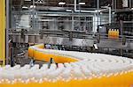 Orangensaft Flaschen auf der Produktionslinie