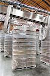 Pile d'eau embouteillée conservés en entrepôt