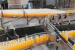Orangensaft Flaschen auf Förderband in der Abfüllanlage