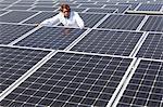 Panneaux solaires de homme arpentage