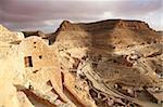 Getreidespeicher (Ghorfas) und primitive Behausungen am Hang Berber Dorf von Chenini, Tunesien, Nordafrika, Afrika