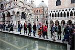 Touristes marchant sur les passerelles pendant la marée haute à Square, Venise, UNESCO World Heritage Site, Veneto, Italie, Europe Saint-Marc