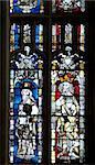 Vitraux datant du XIVe siècle de l'Apostle Saint Jacques le grand sur la gauche et un roi inconnu, grande fenêtre à l'est, cathédrale de Gloucester, Gloucester, Gloucestershire, Angleterre, Royaume-Uni, Europe