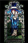 Vitrail de Sainte-Marie, par Stephen Coyne, Morris and Co, datant de 1924, cloître, cathédrale de Gloucester, Gloucester, Gloucestershire, Angleterre, Royaume-Uni, Europe