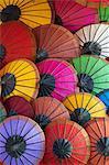 Parapluies de papier à la main sur le marché de nuit, Luang Prabang, Laos, Indochine, Asie du sud-est, Asie