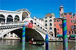 Touristes en gondole et le pont du Rialto, Grand Canal, Venise, UNESCO World Heritage Site, Veneto, Italie, Europe