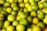 Korb mit grünen Limetten auf einem Bauernmarkt