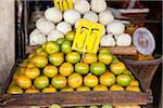frische Mandarinen und jungen Kokosnüssen auf einem Markt