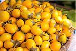 Korb mit Reife Pflaume Mangos auf einem Bauernmarkt
