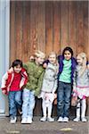 Freunde stützte sich auf die Wand in Den Haag, Niederlande