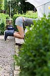 Femme de jardinage dans la Cour