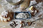 Miches de pain et de pâte dans une cuisine sale