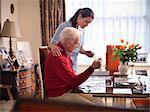 Krankenschwester und älterer Mann tun Jigsaw puzzle
