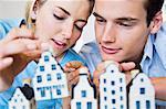 Couple examinant les maisons modèles