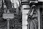 Zeichen und Statue im Friedhof Pere Lachaise, Paris, Frankreich