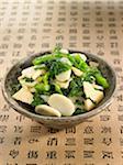 Pâtes de riz avec du chou chinois, de racines de bambou et de l'ail chinois