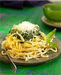 Tagliatelles au pesto, pignons de pin et parmesan