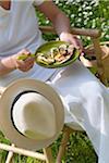Personne, manger à l'extérieur des courgettes grillées