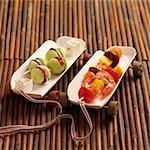 Concombre, feta et brochettes de saucisses séchées, tomate, gambas et brochettes de mangue