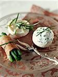 Enveloppé de champignon haut rempli de fromage à la crème et ciboulette, bouquet de haricots verts au jambon cru et fromage de chèvre petit