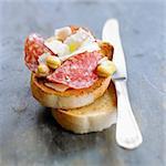 Getrocknete Wurst, Schafskäse und Dicke Bohne Bruschetta