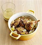 Ajout de la moutarde pour le poulet et les oignons