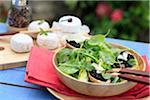 Salade d'épinards avec tapenade sur des toasts apéritifs petits bébé