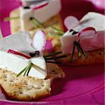 Tartinade de fromage sur des craquelins avec radis et à la ciboulette