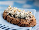 Roquefort et noix diffuser sur une tranche de pain