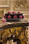 Schokoladenkuchen mit Mandelpaste Rosen dekoriert
