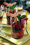 Salade de fruits estivale, purée de fraises et menthe, biscuits sablés en forme de libellule
