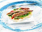 Anchois frais, poivron rouge et croustillant de concombre pain sandwichs